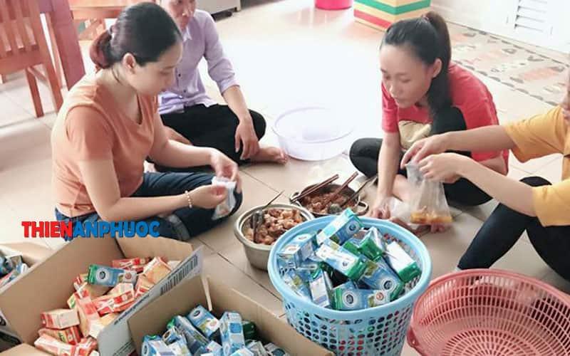 Chuẩn bị thức ăn và sữa cho những bệnh nhi tại các bện viện khu vực TPHCM